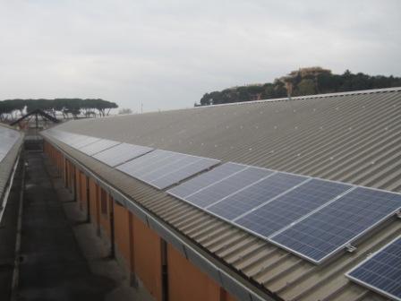 Un'immagine dell'impianto fotovoltaico montato sul tetto dell'edificio di proprietà del Senato dalla Solon di Carmignano di Brenta