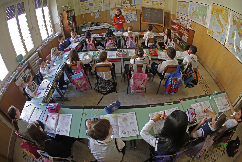 Classe scolastica di un isututo paritario. Insegnante e alunni.