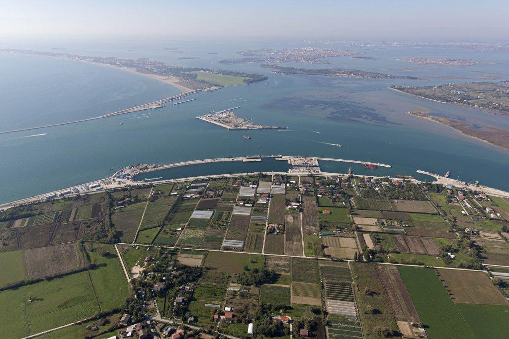 Lavori per il MO.S.E. Bocca di Lido,  foto aerea, laguna di Venezia, 23-10-2012