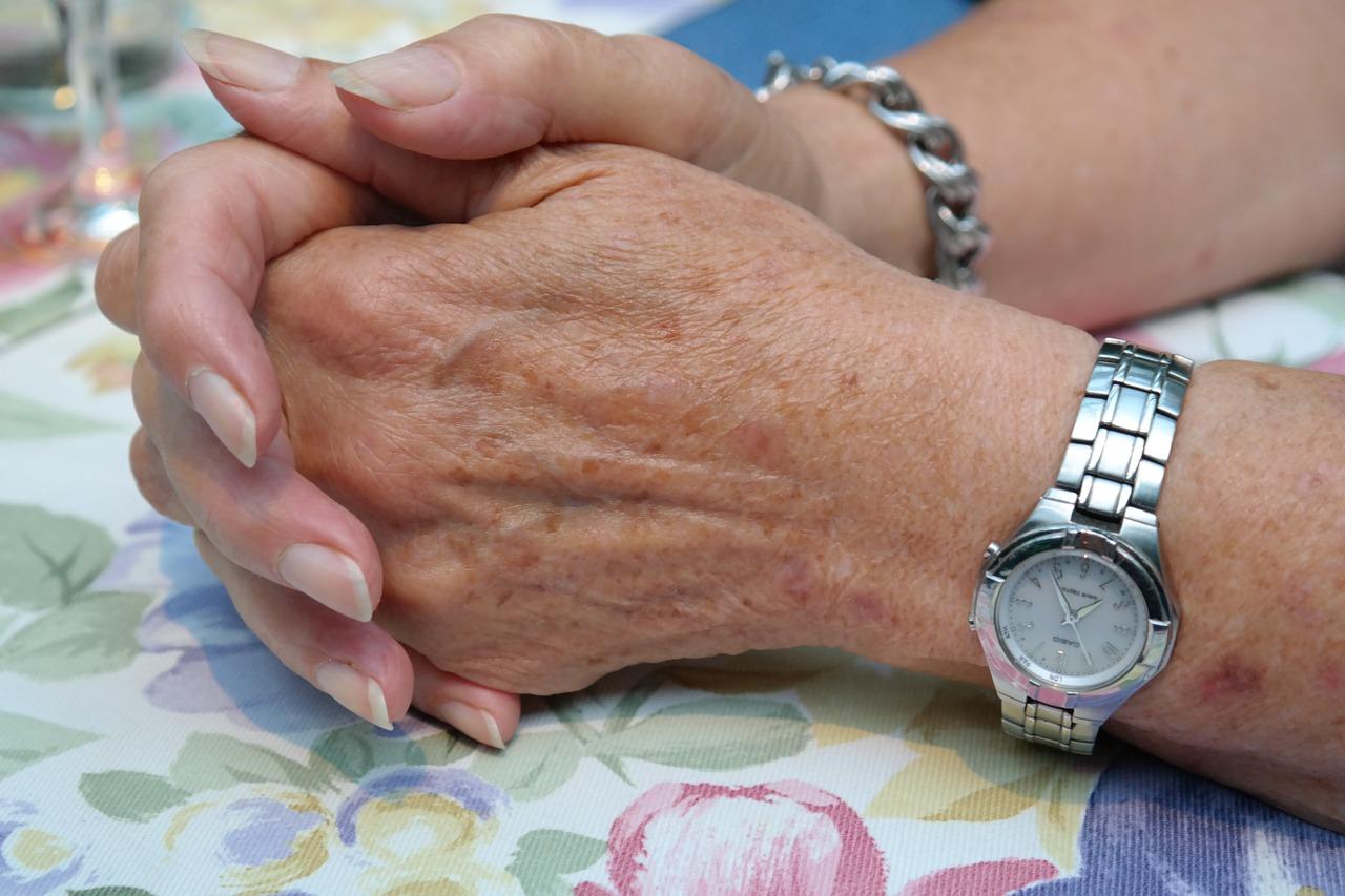 anziana-pensione-donna-hands-195648_1280