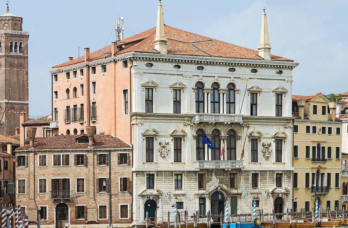 1128px-Palazzo_Balbi_(Venice)