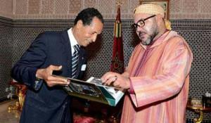 Il fotografo ufficiale della famiglia reale Maradji presenta il libro a Mohamed VI