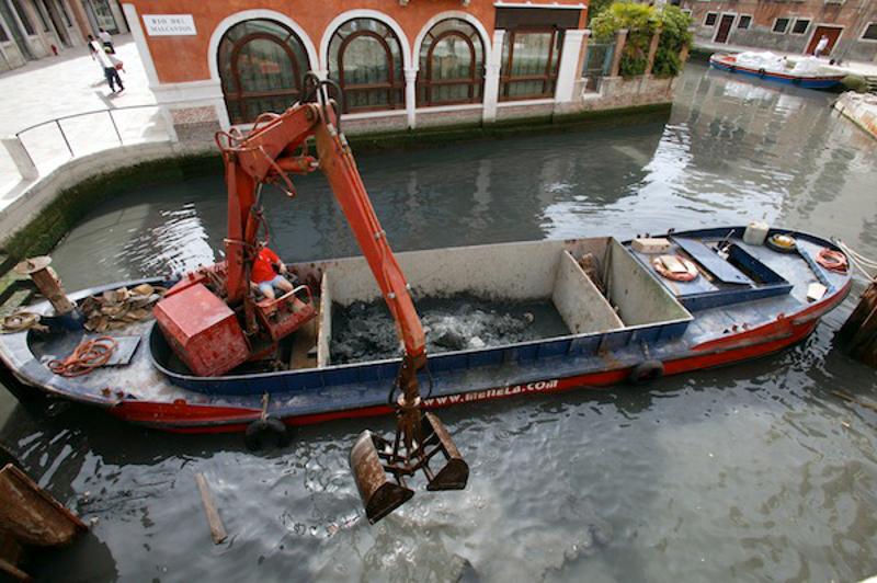 Venezia, scavo dei rii (foto da http://live.comune.venezia.it)