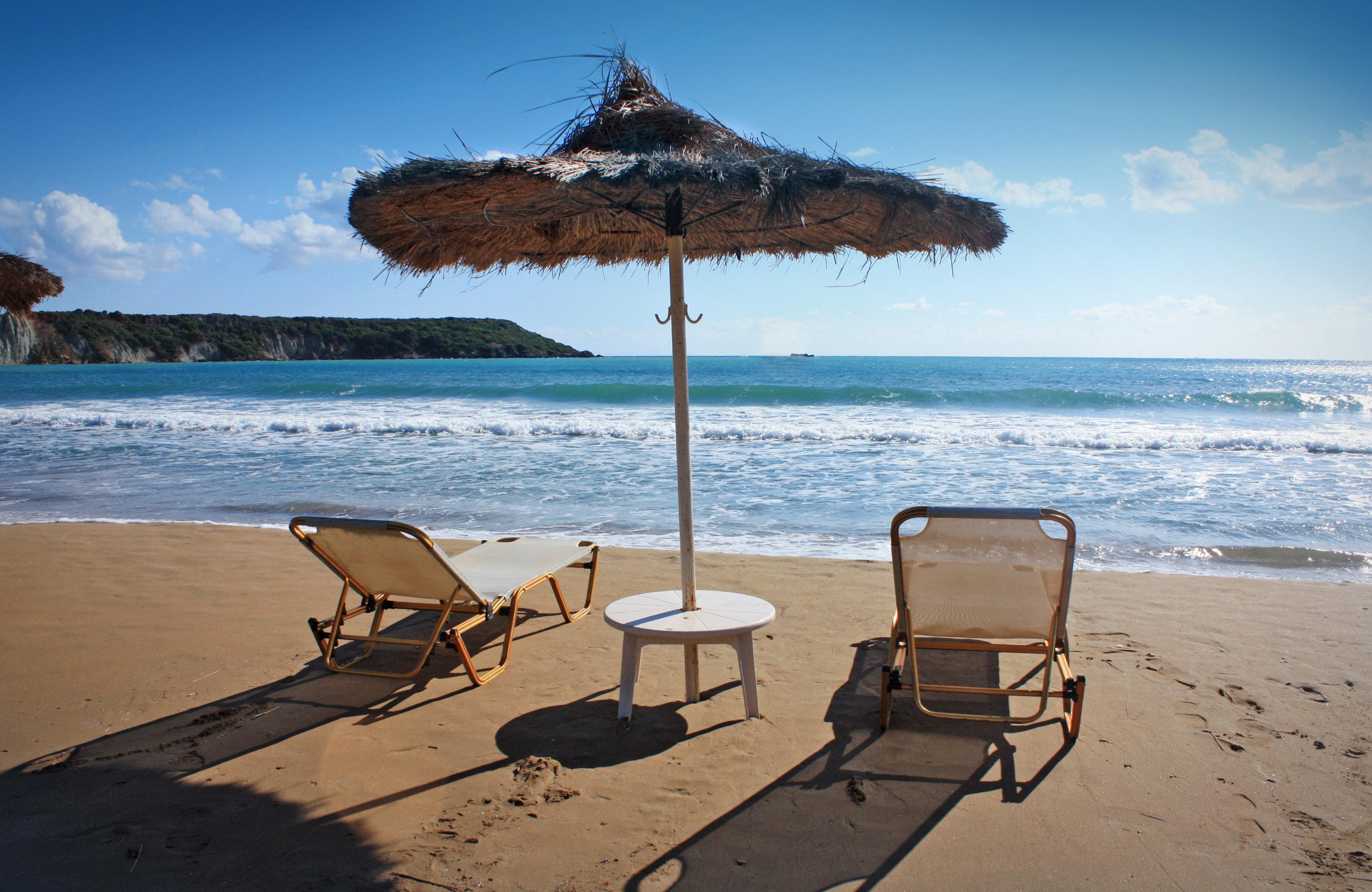 Ombrellone e sdraio in spiaggia