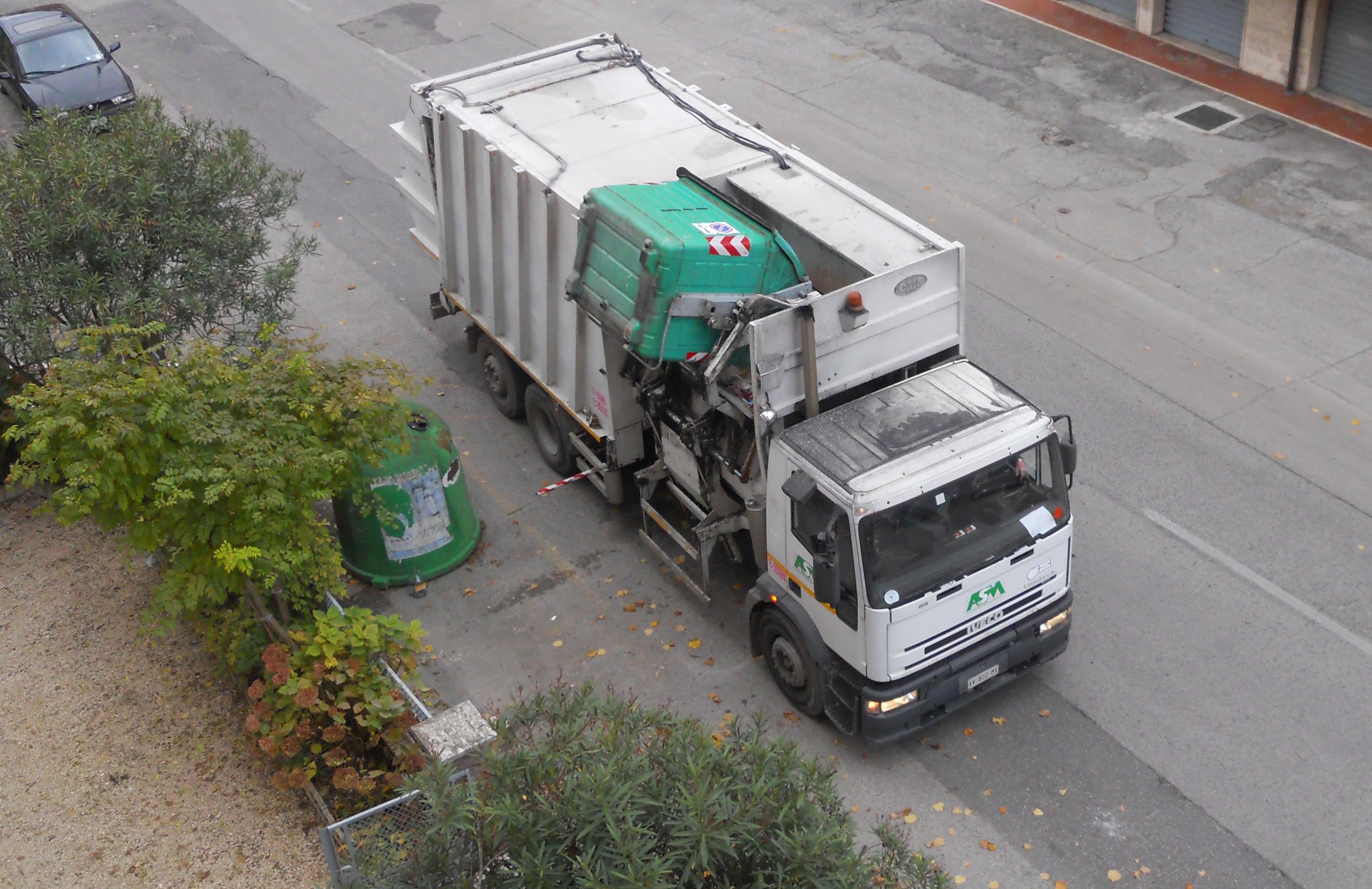 Un camion per la raccolta dei rifiuti solidi urbani