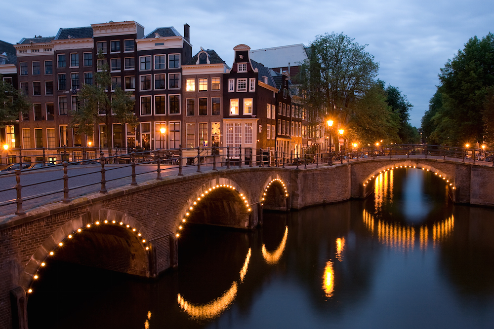 Amsterdam, foto di Massimo Catarinella, licenza CC BY-SA 3.0 via Wikipedia https://en.wikipedia.org/wiki/Canals_of_Amsterdam#/media/File:KeizersgrachtReguliersgrachtAmsterdam.jpg