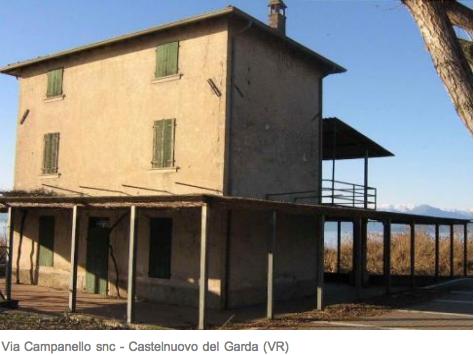 castelnuovo del garda, edificio con tettoia