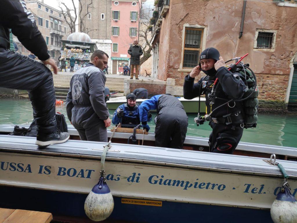 Venezia, i gondolieri sub puliscono i canali dai rifiuti
