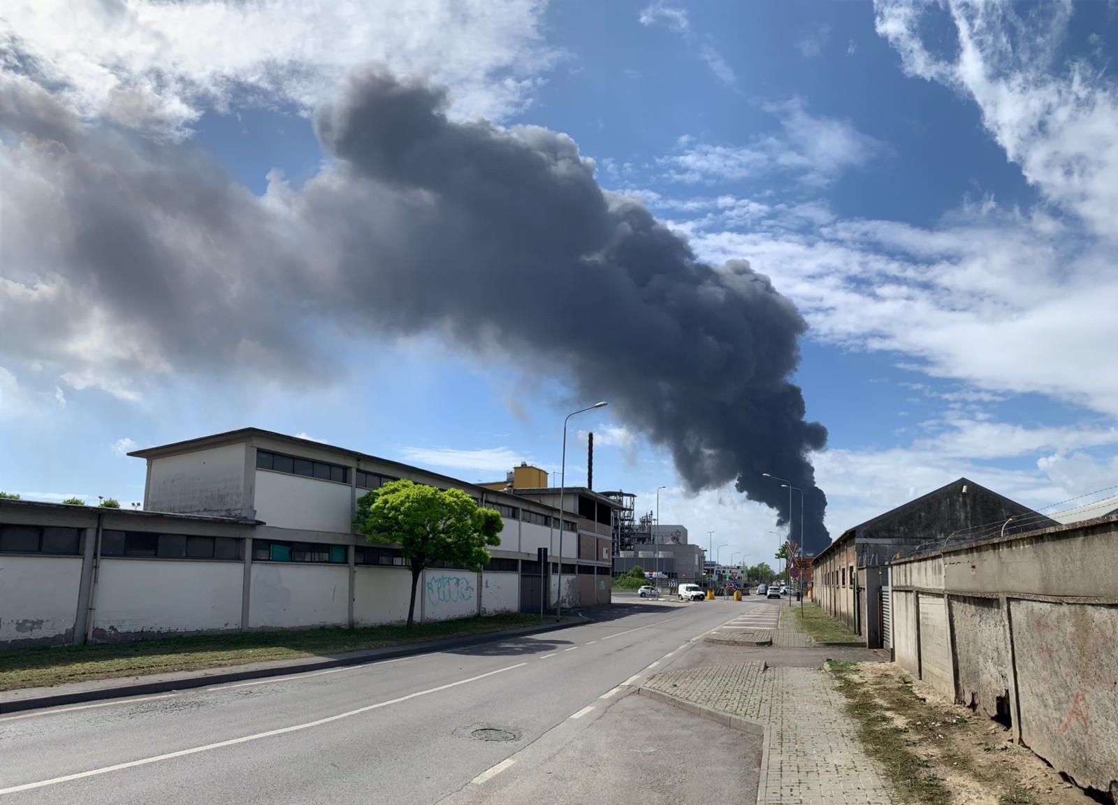 Incendio a Marghera, il comune di Venezia: tenete le finestre chiuse